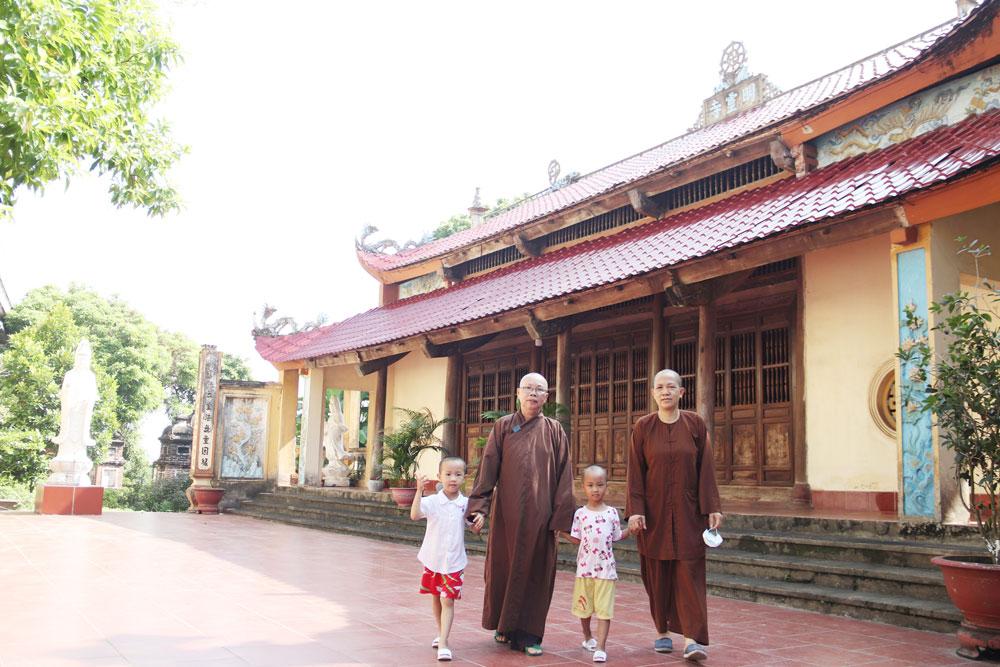 Mái ấm, cửa chùa, sư cô Thích Đàm Đức, chùa Hoàng Mai, thị trấn Nếnh, Việt Yên, Bắc Giang,  trẻ nhỏ kém may mắn