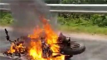 Xe máy bốc cháy sau khi bị áo mưa quấn vào bánh