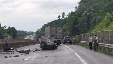 Đè vạch vượt ẩu, xe con bay lộn vòng trên đường cao tốc Nội Bài - Lào Cai