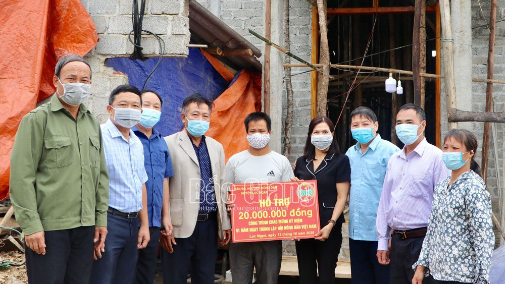 Lãnh đạo Hội Nông dân huyện Lục Ngạn trao tiền hỗ trợ cho gia đình anh Tô Văn Quản.