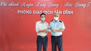 Bảo vệ ngân hàng ở Bắc Giang nhặt được 10 triệu đồng trả lại người đánh rơi