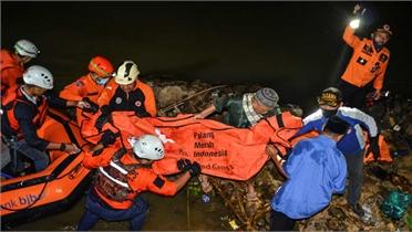 11 học sinh Indonesia chết đuối khi dọn rác ven sông