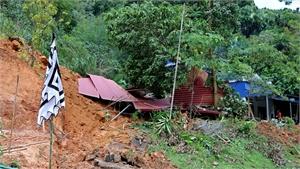 Hòa Bình: Sạt lở đất vùi lấp hoàn toàn ngôi nhà, một người tử vong