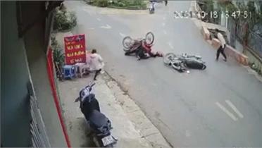 Nam thanh niên đi ẩu đốn xe ngược chiều lộn 180 độ