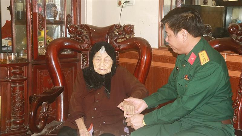 Bộ CHQS tỉnh thăm, tặng quà người có công, gia đình chính sách