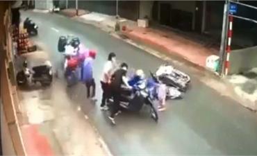 Áo mưa cuốn vào bánh xe máy gây tai nạn nguy hiểm