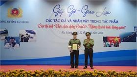 """Bắc Giang: Trao 30 giải Cuộc thi ảnh """"Cuộc chiến chống Covid-19 – Những khoảnh khắc không quên"""""""