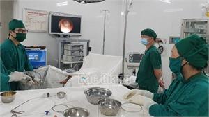Tán viên sỏi to bằng đầu ngón tay mắc trong niệu quản, cứu sống bệnh nhân chỉ còn 1 bên thận
