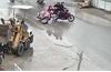 Camera an ninh ghi lại cảnh cô gái bị cướp kéo lê