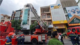 Giải cứu 16 người trong một đám cháy ở TP Hồ Chí Minh