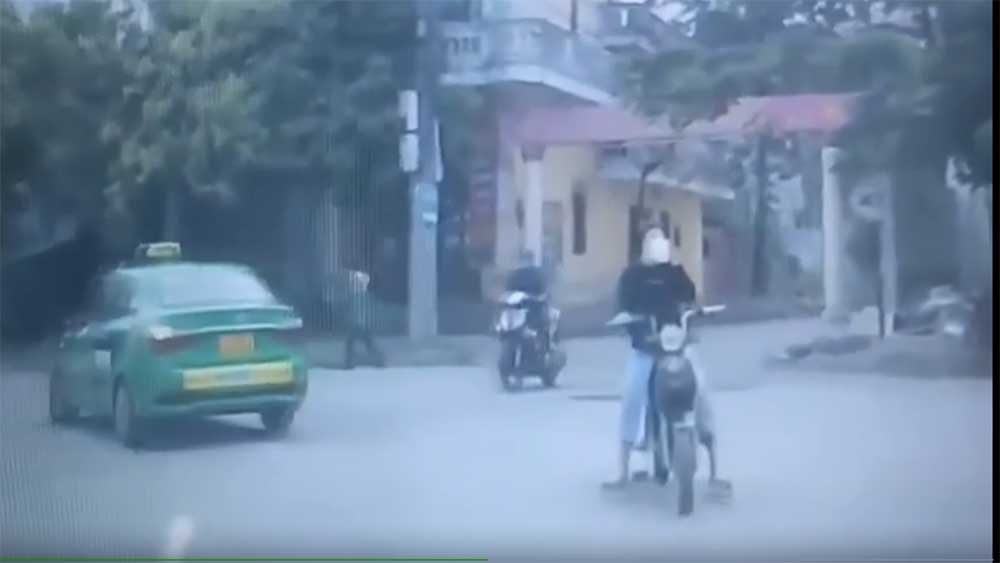 Đi xe đạp điện uống trà sữa, nữ sinh lao thẳng vào đầu ô tô