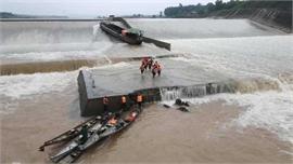 Giải cứu Phó Giám đốc Sở cùng 6 người kẹt giữa đập thủy lợi